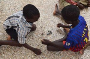 Agbenyo met een andere bevrijd jongetje